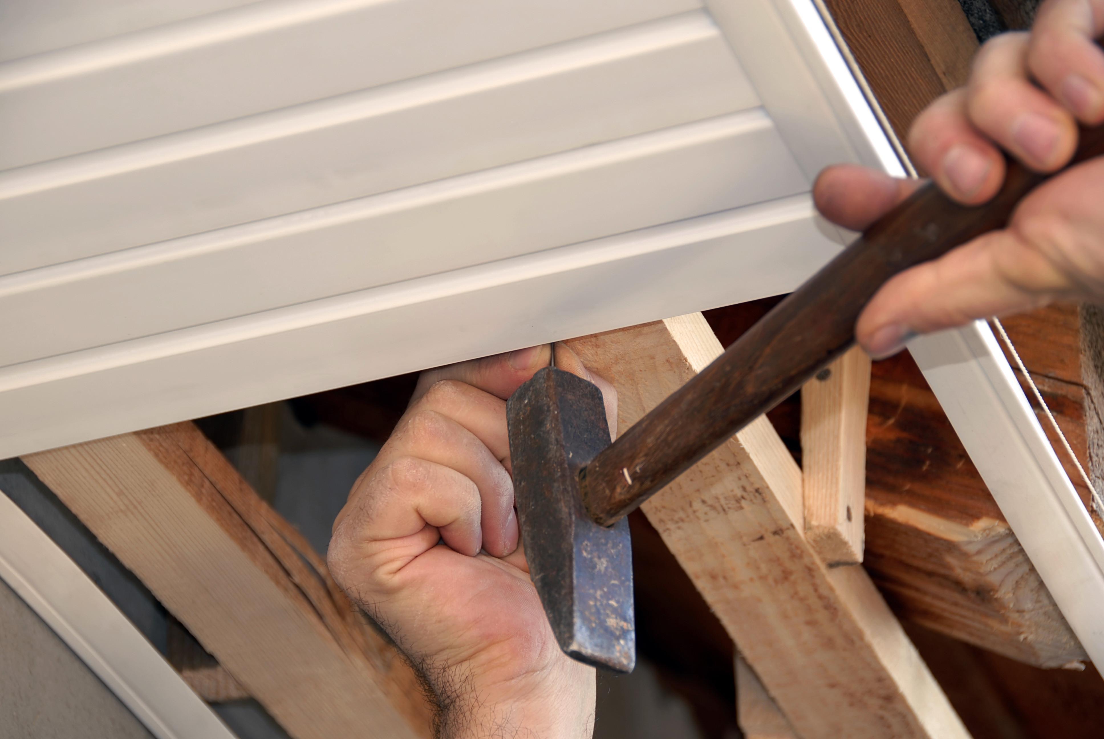 панели или рейк, деревяный потолок