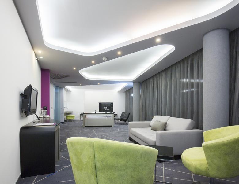 двухуровневый потолок с подсветкой в гостиной