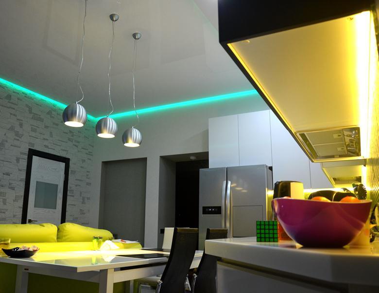 кухня глянцевый парящий потолок с подсветкой